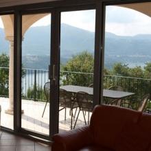 Как выбрать и установить стеклянные двери для балкона
