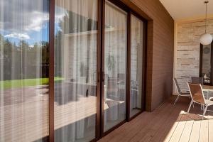 раздвижные двери из стеклокомпозита на балкон