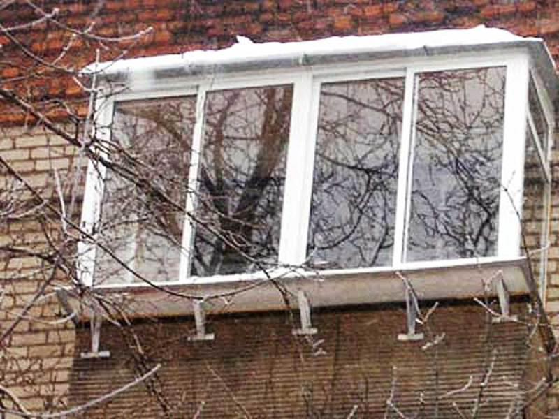 Застеклить балкон на последнем..