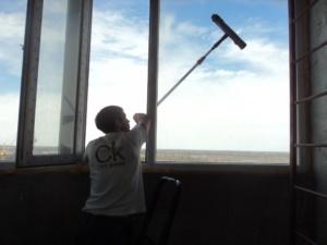 как помыть окна на балконе снаружи