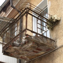 укрепление металлического парапета балкона