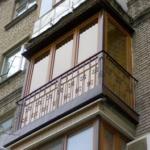 Современный балкон с ковкой