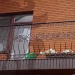 балкон с коваными перилами