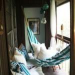 интерьер балкона с гамаком