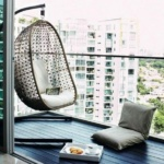 кресло гамак на открытом балконе