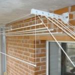 подвесная сушилка на открытом балконе