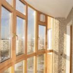 деревянные окна на балконе