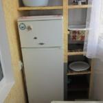 белый холодильник на балконе