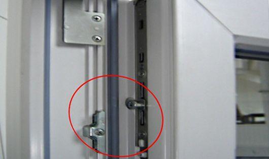 Регулировка пластиковых дверей балкона - только ремонт своим.