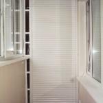 белый шкаф с рольставнями на балкон