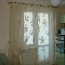 кухонные шторы на окно с балконом