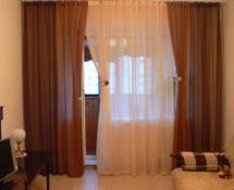 модные шторы на окно с балконом