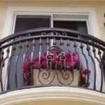 Розовые цветы на балконе