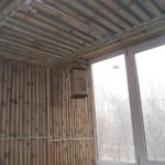 облицовка лоджии стеблями бамбука