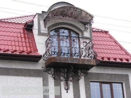 Кованый козырек на балконе частного дома