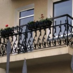 балкон с кованными перилами
