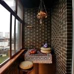 балкон с черной кирпичной кладкой