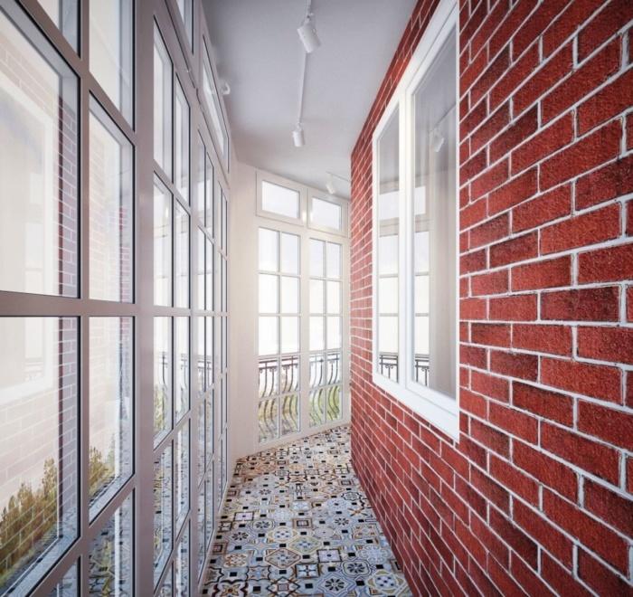 декоративный кирпич на балконе с панорамным остеклением