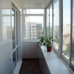 вид балкона внутри с остеклением
