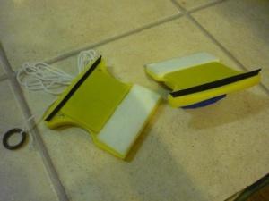 Применение магнитной щетки для мытья окон с двух сторон одновременно
