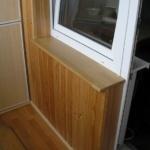 окно с деревянным подоконником