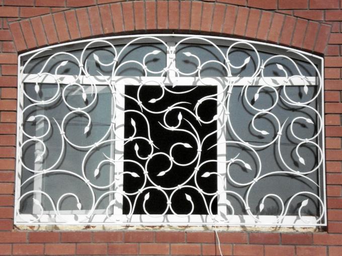 белые решетки на балконе