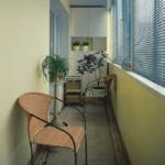 узкий балкон со стульем
