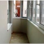 округленный узкий балкон