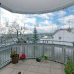 как оформить витражный балкон