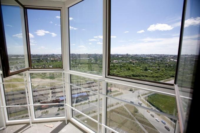 витражное остекление балкона вид изнутри