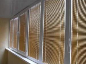 gorizontalnye_zhalyuzi_na_balkon_1-300x225 Как сшить шторы на балкон своими руками