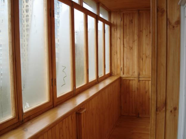 отделка балкона деревом